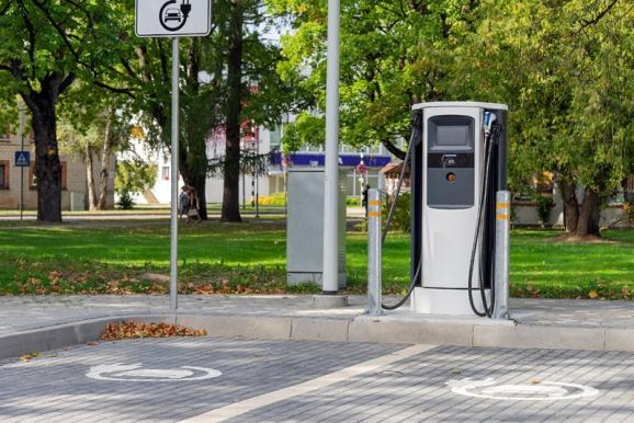 Borne de recharge électrique sur parking