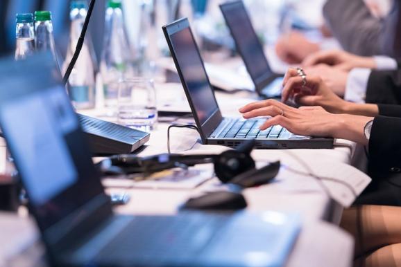 Personnes travaillant sur ordinateur portable